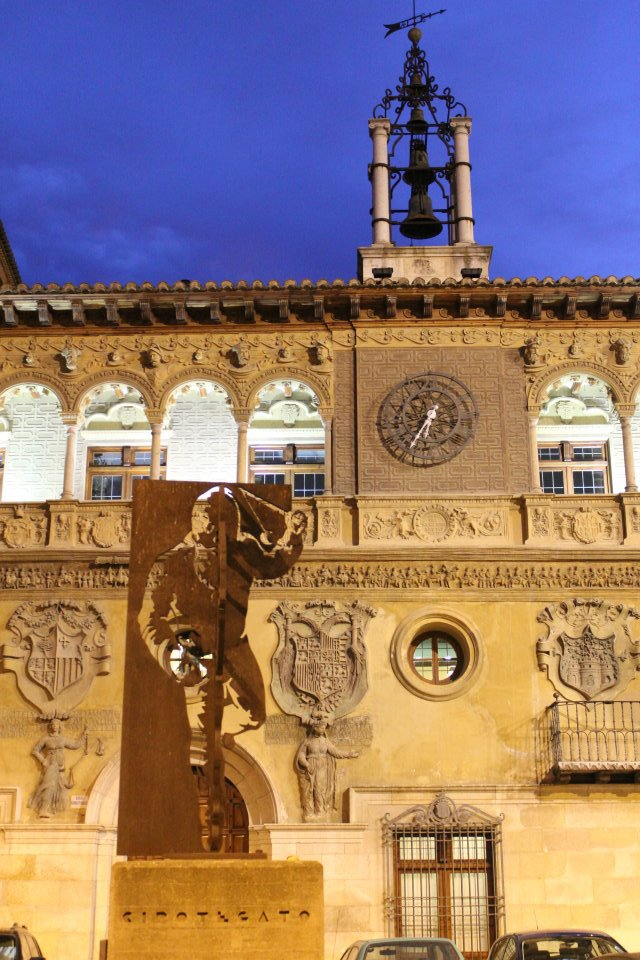 Monumento al Cipotegato frente al Ayuntamiento