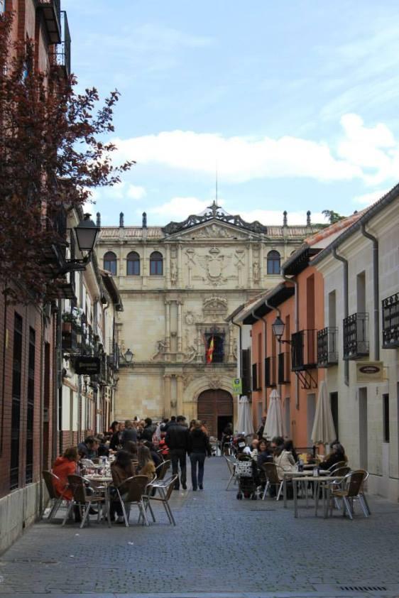 Una calle de Alcalá-Al fondo su universidad