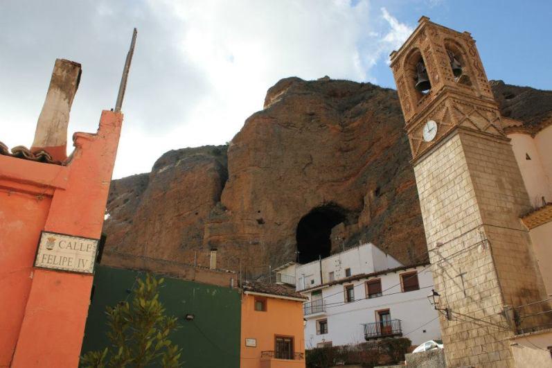 Los Fayos y cueva de Caco