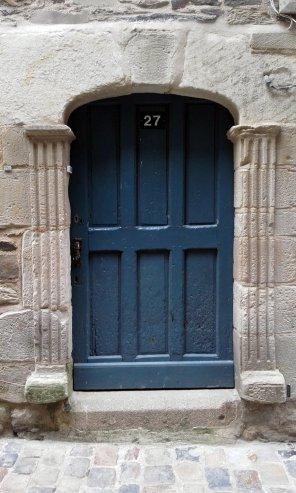 Puerta azul oscuro