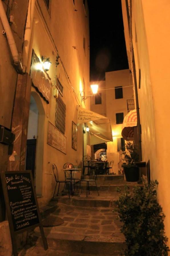 calle castelsardo nocturna