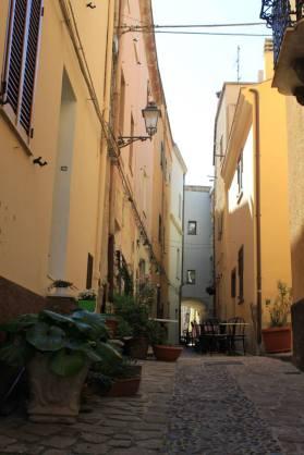 calle empedrada en Castelsardo