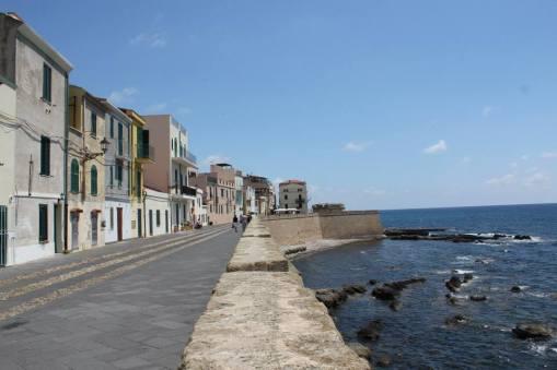 calle junto al mar en Alghero