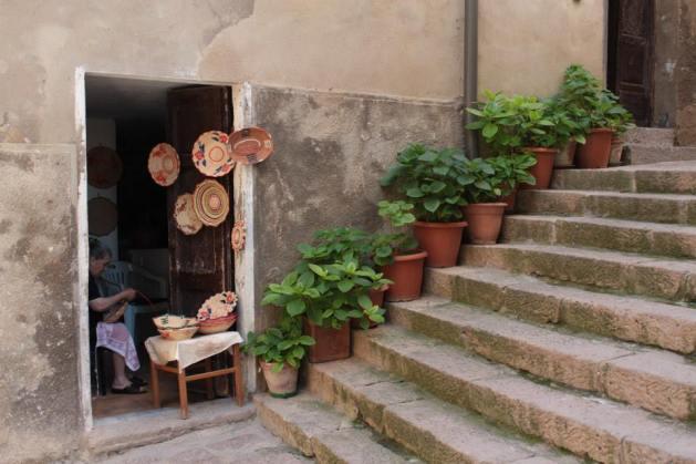 mujer haciendo mimbre en Castelsardo