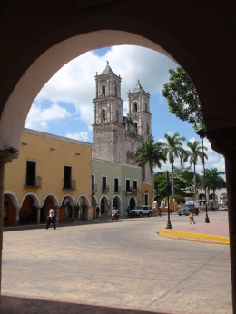 La catedral desde un porche del zócalo